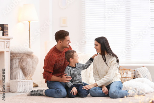 Fotomural  Happy family with little son spending time together at home