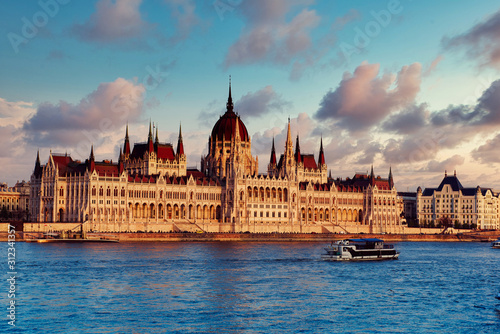Cuadros en Lienzo  Budapest Parliament and river