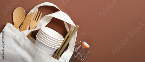 Fotografía  Cotton reusable produce bag with eco-friendly wooden cutlery, carton cups and glass bottle