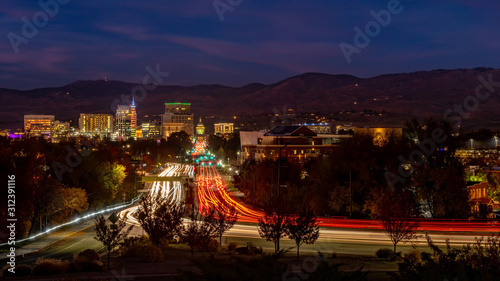 Fotomural Capital boulevard at night in Boise Idaho with streaking car lights