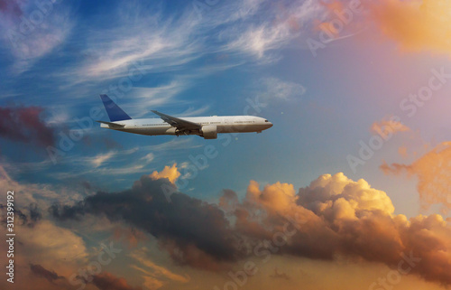 Photo Airplane in the sky in dramatic sunset and sunrise sky.