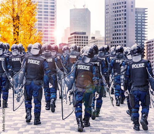 街の平和を守る警察の機動隊 Billede på lærred