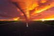 Tornado im Sonnenuntergang zerstört die Landschaft