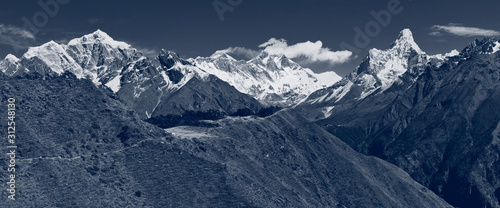 Photo Group of tourists moves up slowly along the mountain path towards Everest view point