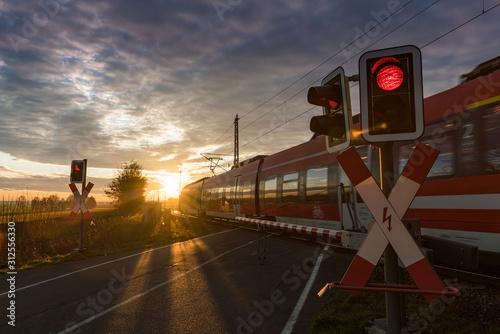 Obraz Bahnübergang, Schranke, Zug, Eisenbahn - fototapety do salonu