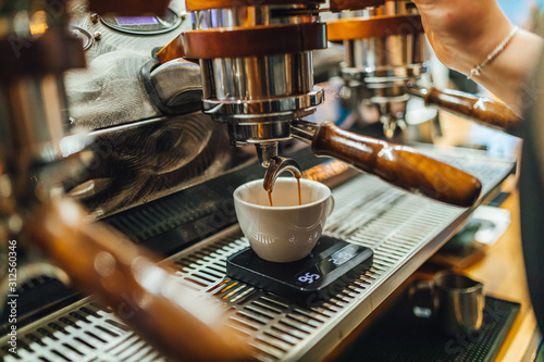 View on coffee making process in coffee shop, black coffee in cup фототапет
