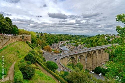 Fotografie, Tablou Le Pont sur la Rance, vue des remparts de Diman, Côtes-d'Armor, Bretagne, France