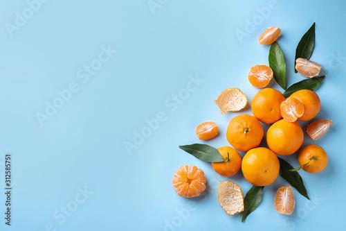 Fotomural  Fresh ripe tangerines on light blue background, flat lay