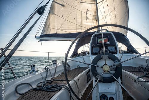 Cockpit einer Segelyacht auf dem Meer Fototapete