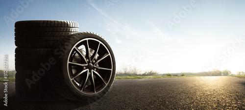 Fototapeta Auto Reifen auf Sommerlicher Landstraße obraz