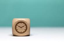 Pictogramme Temps / Pendule Sur Cube En Bois