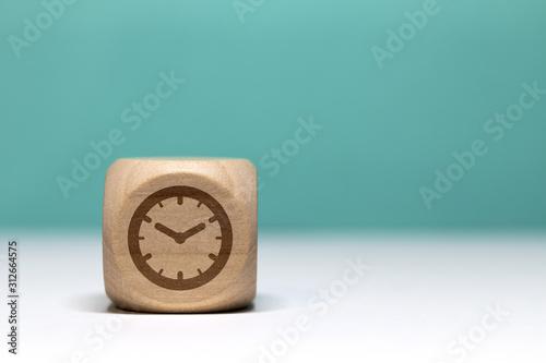 Fotografía  Pictogramme temps / pendule sur cube en bois