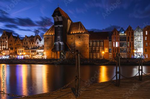Fototapeta Gdańsk, miasto nad rzeką, widok na żuraw, znany zabytek miasta.  obraz