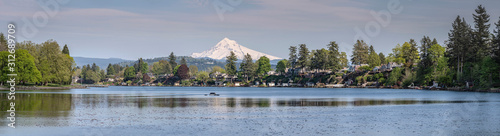 Fotografia Blue Lake and Mt. Hood panorama Oregon.