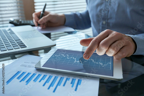 Photo financial analytics, business man working with charts, fintech