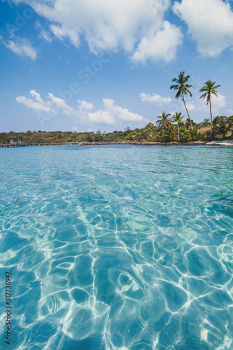 Fotomural  travel destination, vertical landscape of tropical beach with turquoise water, T