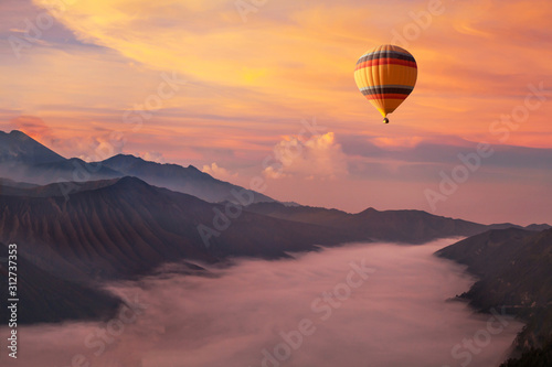 Photo travel on hot air balloon, beautiful inspirational landscape with sunrise colorf