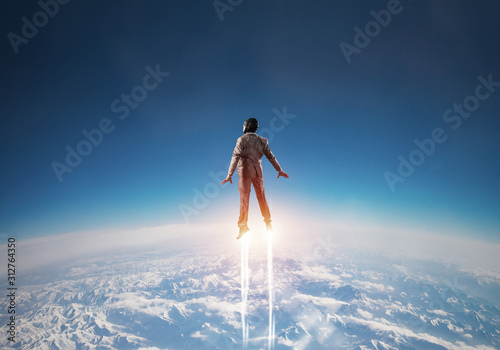 Photo Businessman in suit and aviator hat flying in sky