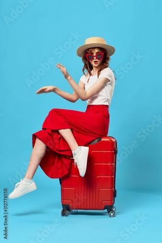 Fotografía young woman with suitcase