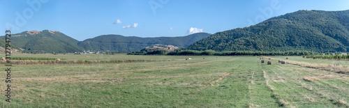 Photo green meadows on Apennines upland, Montesano Marcellana, Italy