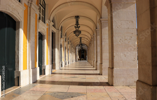 Fototapeta arkady   starozytny-budynek-lukowy-na-praca-do-comercio-w-centrum-lizbony-w-portugalii