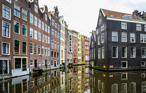 Photo  houses in amsterdam lined up along the canal.