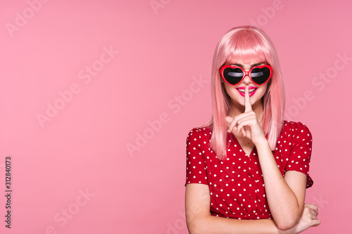 Obraz woman with sunglasses - fototapety do salonu