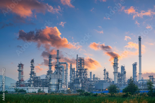 Petrochemical industry with Twilight sky. Tableau sur Toile