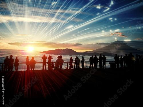 富士山からの日の出を拝む人々のシルエット - 312881125