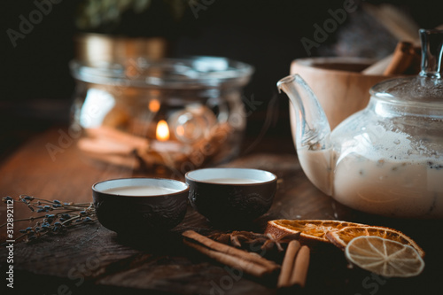 Foto Chinese tea ceremony with ceramic cups with milk Oolong tea on wooden background