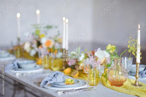 Table de mariage intimiste dressée pour recevoir les mariés et leurs invités Canvas Print