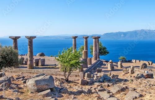 Photo Antique columns off the coast of the Aegean Sea. Troy. Turkey
