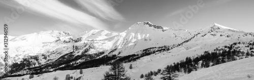 Vue panoramique sur une chaine de montagnes enneigées par beau temps Wallpaper Mural
