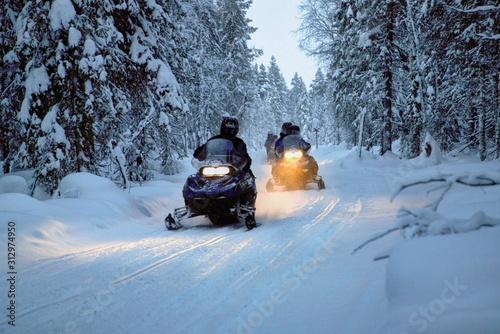 Obraz Unterwegs mit dem Motorschlitten in Lappland, Finnland - fototapety do salonu