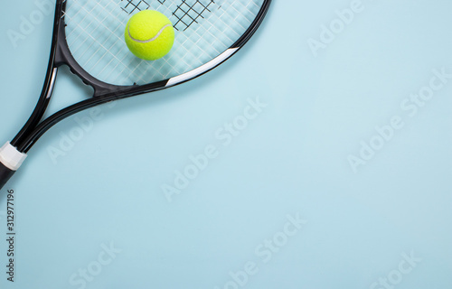 Photo Tennis ball and racket isolated background. Top view