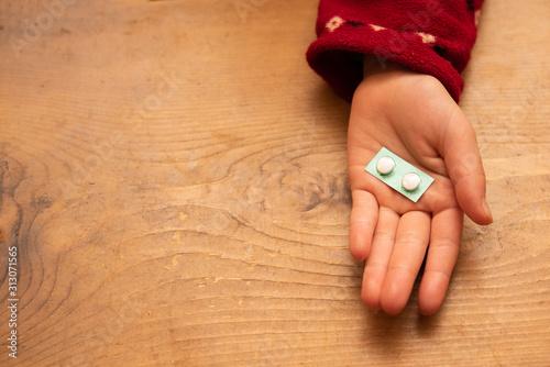 Stampa su Tela 薬を持った子供の手