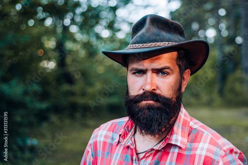 Fotografia Hipster tourist explore forest