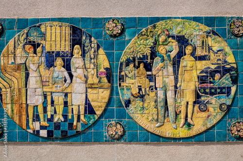 Photo bitterfeld, deutschland - altes wandmosaik aus der ddr