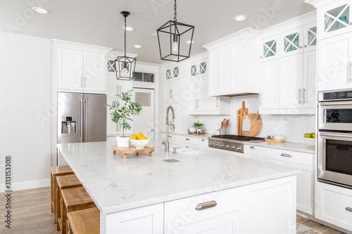 Canvastavla A beautiful modern farmhouse kitchen.