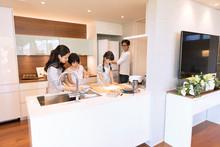 キッチンで料理を作る...