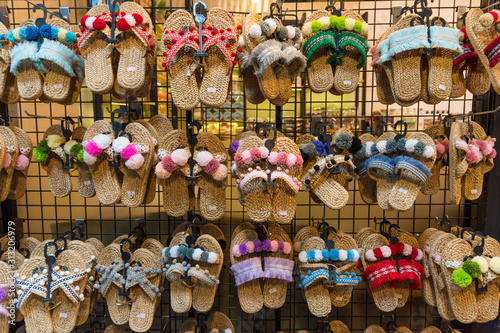 Photo Colorful handicraft shoes selling at the market in Bangkok,Thailand
