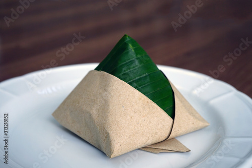 Fotografía Pyramid of Malaysian Nasi Lemak fragrant rice wrapped in pandan leaf and paper