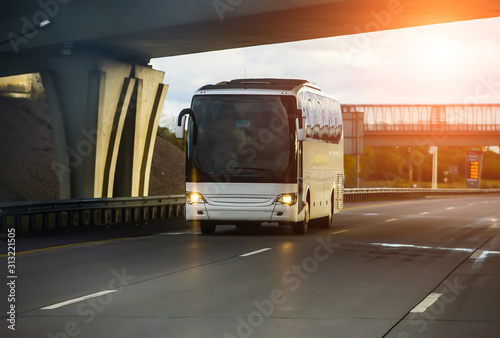 Obraz white tourist bus - fototapety do salonu