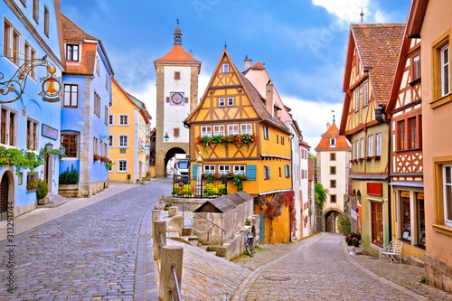 Canvastavla Cobbled street and architecture of historic town of Rothenburg ob der Tauber vie