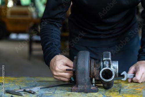 Cuadros en Lienzo Mechanic man inspection turbocharger on working table
