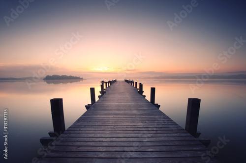 Fototapeta pomost   samotna-promenada-nad-jeziorem
