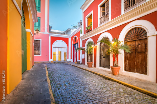 Photo Cobblestone street in Old San Juan, Puerto Rico. Evening view.