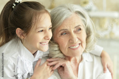 Close up portrait of grandmother with her cute granddaughter smiling Fototapet