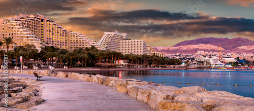 Photo Night panoramic view from public walking pier on central beach and promenade of