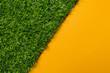 Kunstrasen mit diagonaler gelber freier Fläche